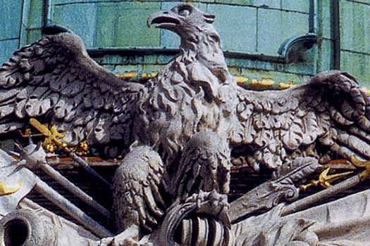 Эмблема Габсбургов украшает Хофбург